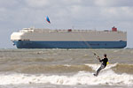 Le Havre - Kitesurfer and cargo